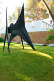 Nice, Frankrijk - Oktober 22, 2011 Stichting Maeght Stabile Les Renforts van Alexander Calder Sculpturs in openluchttuin Stock Afbeelding