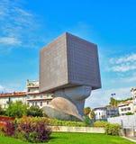 NICE, FRANKRIJK - SEPTEMBER 2017: De openbare bibliotheekbouw in Nice, Frankrijk Het gebouw is in de vorm van een menselijk hoofd Stock Afbeeldingen