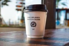 Nice Frankrike -02 august 2017: Pappers- kaffekopp från coffee shop på träbakgrund Arkivbilder