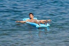 Nice Frankrike 17 Augusti 2017: man att koppla av på luftsängen i simbassängen semester och fri tid Royaltyfri Bild
