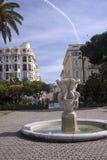 Nice Frankrike, mars 2019 En liten gammal springbrunn i parkerar på Promenade des Anglais arkivfoto