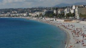 NICE FRANKRIKE - OKTOBER, 2016: Offentlig strand längs kusten och Promenade des Anglais i Nice stock video
