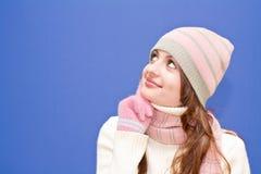 Nice gekleed meisje op blauwe achtergrond stock fotografie