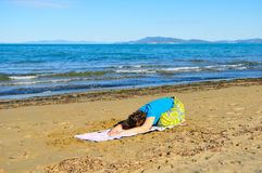 Nice girl doing yoga excercise on the beach Royalty Free Stock Photos