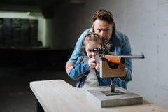 Nice gladde fadern och dottern som besöker skjutbanan fotografering för bildbyråer