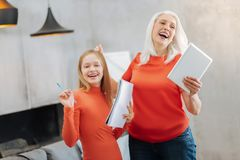 Nice gladde farmodern och sondottern som uttrycker deras sinnesrörelser Arkivfoton