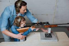 Nice gladde mannen som har en kurs med hans dotter arkivfoton