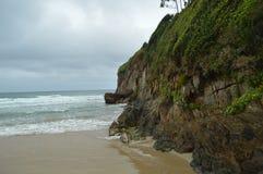Nice gräsplan Cliff On The Beach Of El Aguilar på en regnig dag Juli 29, 2015 Landskap natur, lopp Muros De Nalon, Asturias, royaltyfri fotografi