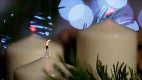 Nice le plan rapproché 4K de la combustion et soufflent des bougies à Noël dans le mouvement lent banque de vidéos
