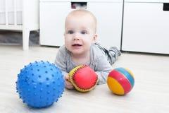 Nice 6 månad behandla som ett barn flickalekbollar Royaltyfri Bild