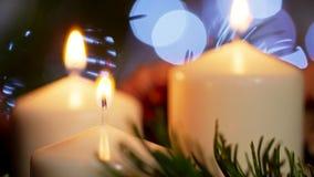 Nice plan rapproché 4K des bougies allumées avec l'ornement de Noël dans le mouvement lent Photos libres de droits