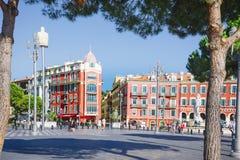 Nice Provance, Alpes, Cote d'Azur, franska, Augusti 15, 2018; Fyrkant Massena med röda byggnads- och gataljus royaltyfria foton