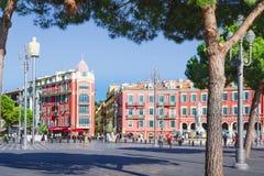 Nice Provance, Alpes, Cote d'Azur, franska, Augusti 15, 2018; Sikt av den ställeMassena fyrkanten i Nice med röd byggnad, ljus royaltyfri bild