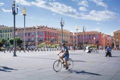Nice Provance, Alpes, Cote d'Azur, franska, Augusti 15, 2018; Sikt av den ställeMassena fyrkanten med folk som rider en cykel arkivfoton