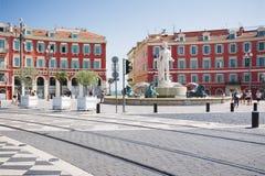 Nice Provance, Alpes, Cote d'Azur, franska Juli 31, 2018; Fyrkant Massena med röd byggnad och springbrunnen royaltyfria bilder