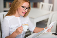 Nice senior woman reading newspaper Royalty Free Stock Photos
