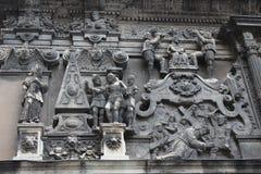 Nice skulpturer på den kyrkliga väggen Fotografering för Bildbyråer