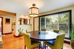 Nice som äter middag område med stolar för rund tabell och gräsplan Fotografering för Bildbyråer