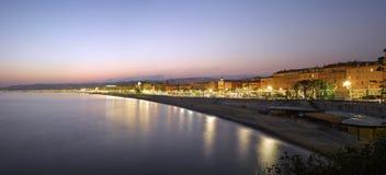Nice: Strandpanorama på natten Royaltyfri Foto