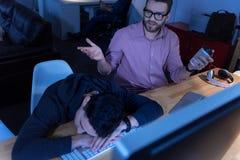 Nice vermoeide programmeur die in slaap vallen royalty-vrije stock afbeelding