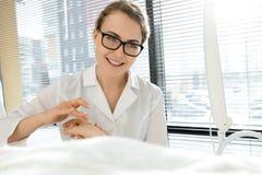 Nice Vrouwelijke Cosmetologist stock fotografie