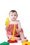 Nice weinig kind dat met het stuk speelgoed van de kleurenpiramide speelt Royalty-vrije Stock Fotografie