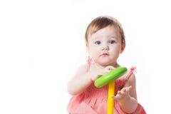Nice weinig kind dat met het stuk speelgoed van de kleurenpiramide speelt Stock Fotografie