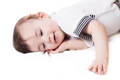 Nice weinig kind dat op witte doek ligt Royalty-vrije Stock Foto
