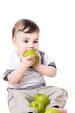 Nice weinig kind met appelen Stock Afbeeldingen