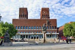 Nice, zonnige dag in de stadscentrum van Oslo, mening op stadhuis, Noorwegen, 28 Juni 2016 Royalty-vrije Stock Fotografie