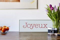 Niceley decorou a tabela com câmera e sinal das flores imagem de stock
