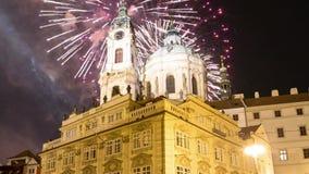 Nicholas Church em Mala Strana ou em poucos fogos-de-artifício do lado e do feriado, parte velha bonita opinião da noite de Praga filme