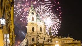 Nicholas Church em Mala Strana ou em poucos fogos-de-artifício do lado e do feriado, parte velha bonita opinião da noite de Praga video estoque