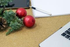 Nicht abgeschlossene Liste von Zielen in einem Notizbuch auf einem Holztisch mit Weihnachtsdekorationen und einem Laptop lizenzfreie stockfotos