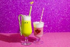 Nicht alkoholische und alkoholische Getränke des neuen Jahres für Kinder und Erwachsene lizenzfreies stockfoto