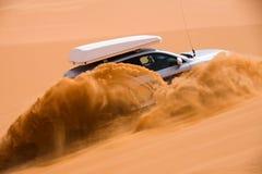 Nicht für den Straßenverkehr Auto, das oben die Sanddüne geht Lizenzfreies Stockbild
