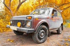 Nicht für den Straßenverkehr Fahrzeug im Herbstwald Lizenzfreies Stockfoto
