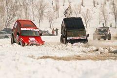 Nicht für den Straßenverkehr laufende Jeeps im Winter auf dem Straßenlaufen Lizenzfreies Stockfoto