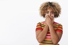 Nicht gehend zu sprechen Porträt der Afroamerikaner femenist Frauen-, überzeugter und ernst-aussehenderjungen Frau, die sie ausdr stockbild