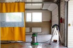 Nicht großer Waschanlageraum mit gelbem wasserdichtem Vorhang lizenzfreie stockfotos