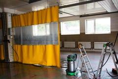 Nicht gro?er Waschanlageraum mit gelbem wasserdichtem Vorhang lizenzfreie stockbilder