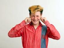 Nicht hörender Kerl mit goldener Frisur im Rot lizenzfreie stockbilder
