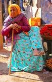 Nicht identifizierte ältere Frau verkauft Pfeffer Lizenzfreies Stockfoto