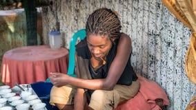 Nicht identifizierte äthiopische Frau, die traditionellen Kaffee in einer Hütte macht stockbild