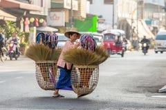 Nicht identifizierte alte Frau in der traditionellen thailändischen Kleidung Lizenzfreie Stockbilder