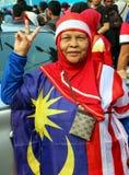 Nicht identifizierte alte Frau, die malaysisches Flaggenkostüm trägt Lizenzfreies Stockfoto
