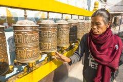 Nicht identifizierte alte Frau nahe stupa Boudhanath Stupa ist eins von den größten in der Welt Stockfotos