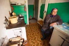 Nicht identifizierte alte Frau Veps - kleine Finno-Ugric Leute, die auf Gebiet von Leningrad-Region leben Stockfotos