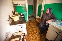 Nicht identifizierte alte Frau Veps - kleine Finno-Ugric Leute, die auf Gebiet von Leningrad-Region in Russland wohnen Stockfotos