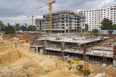 Nicht identifizierte Arbeitskräfte werden in der obenliegenden Metro des Baus in Bangalore beschäftigt Stockbild